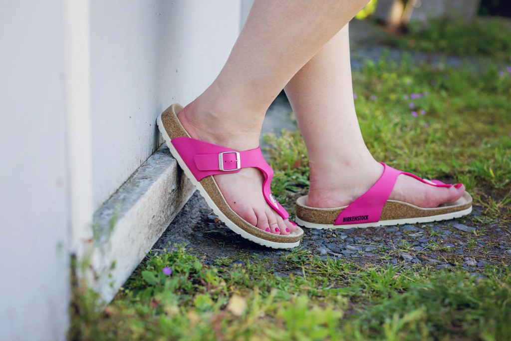 9 - Birkenstock Gizeh pink with white bottoms