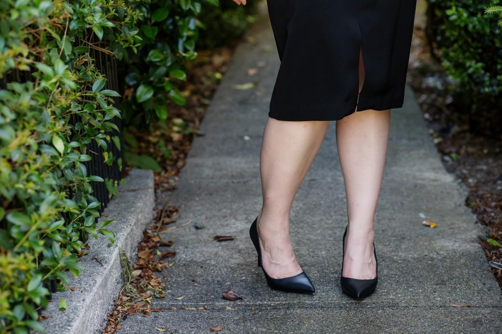 10-black-pencil-skirt-and-black-pumps