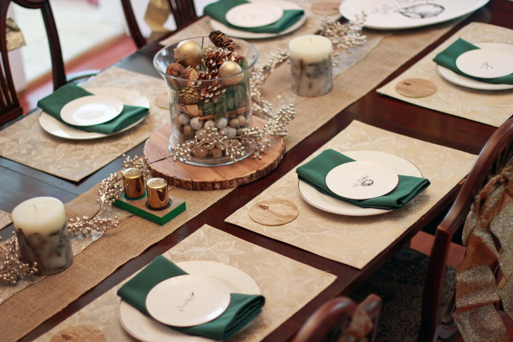 3-white-and-gold-dishes-with-green-napkins