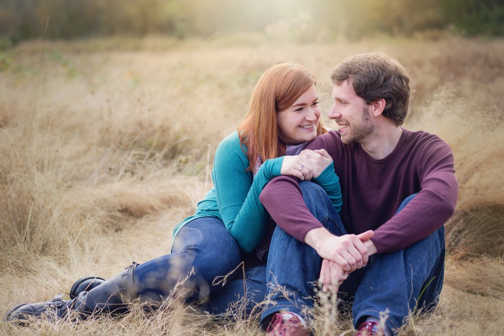 fall-couples-photoshoot-in-grassy-field