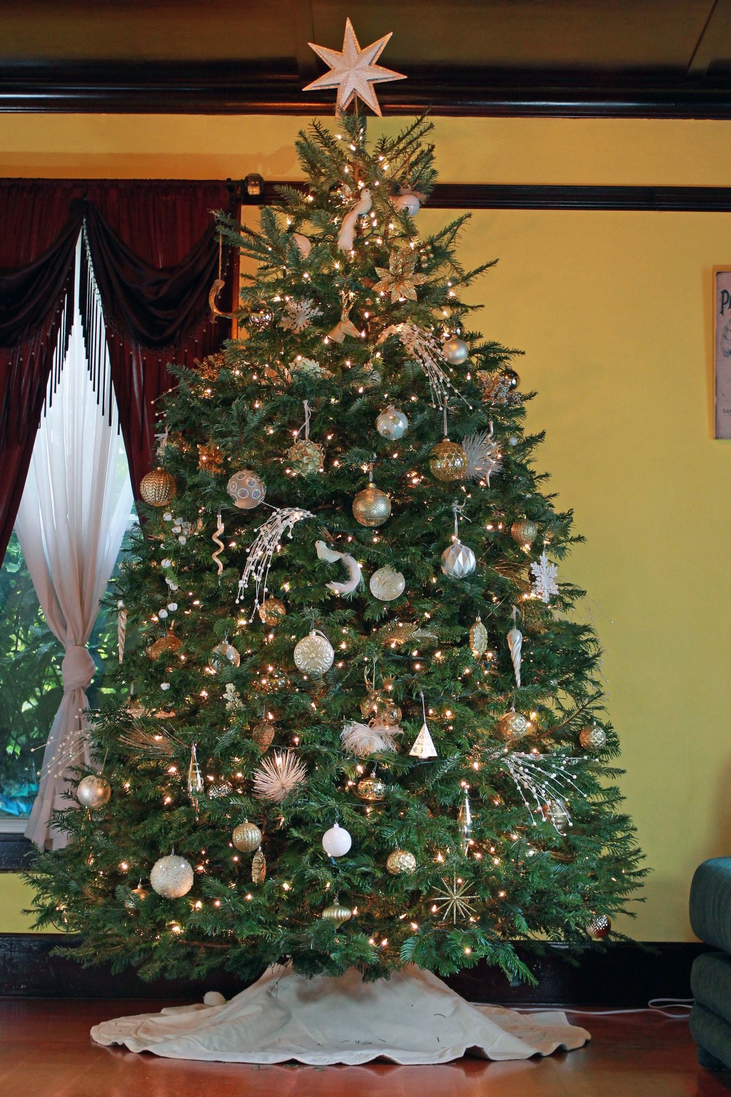 1-gold-and-white-christmas-tree-theme