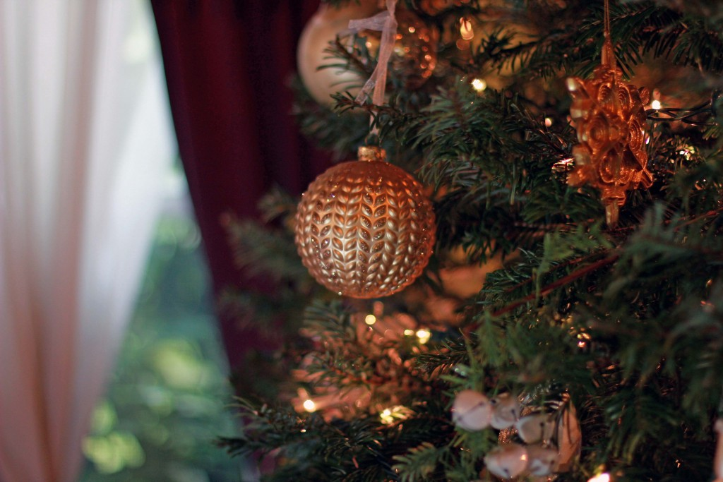 4-gold-tree-ornaments